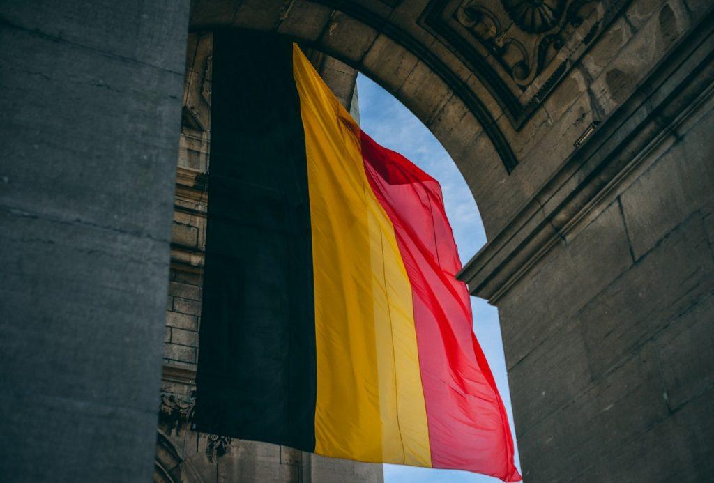 Drapeau de belgique sous une arche
