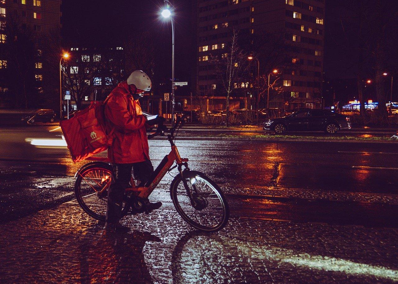 Livreur, coursier en ville la nuit