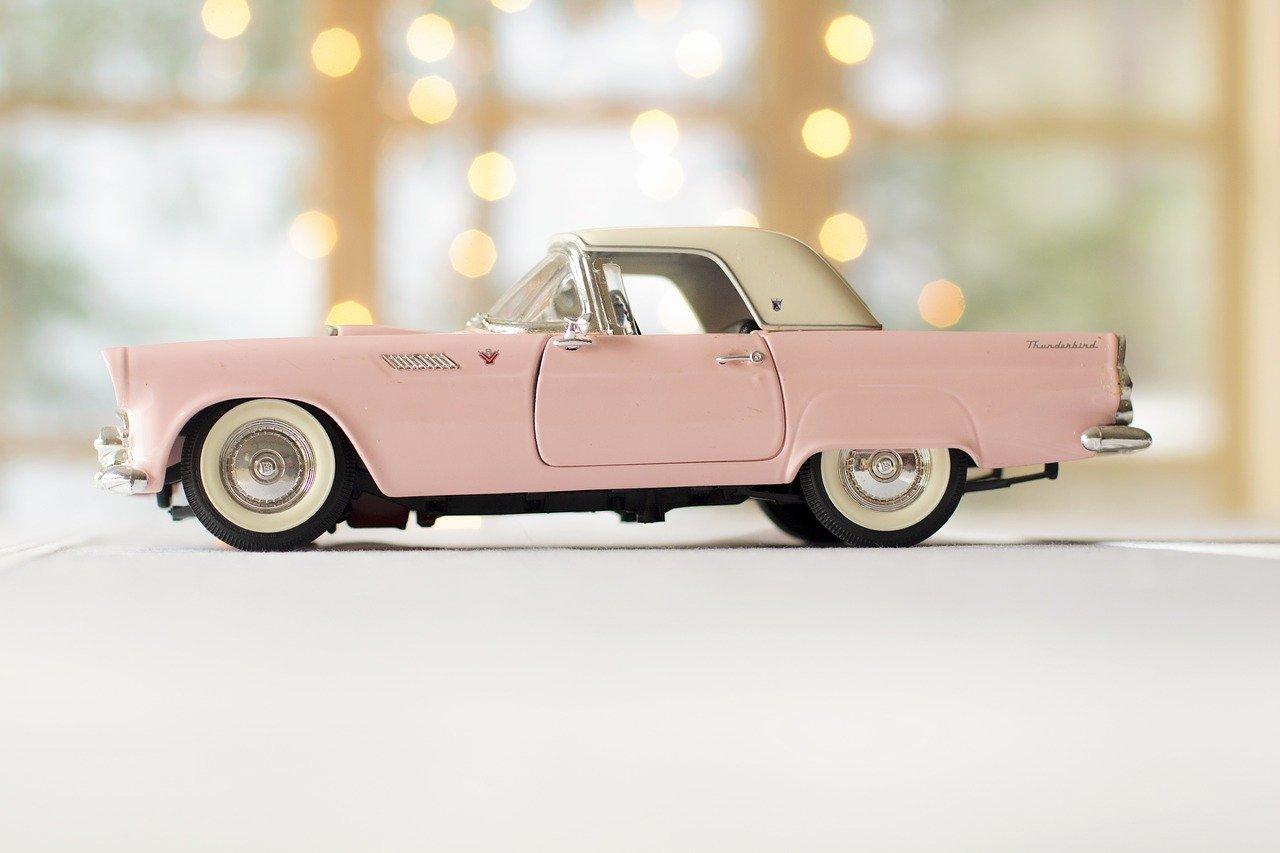 Miniature voiture ancienne rose pale