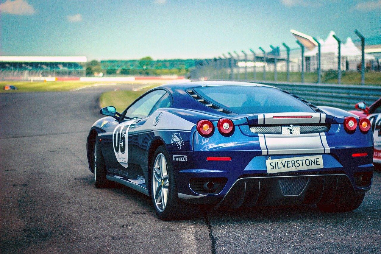 voiture de course bleu sur un circuit automobile