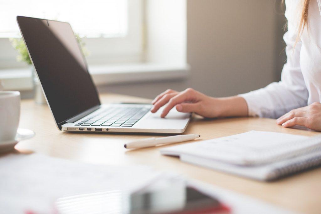 Femme faisant simulation sur son ordinateur