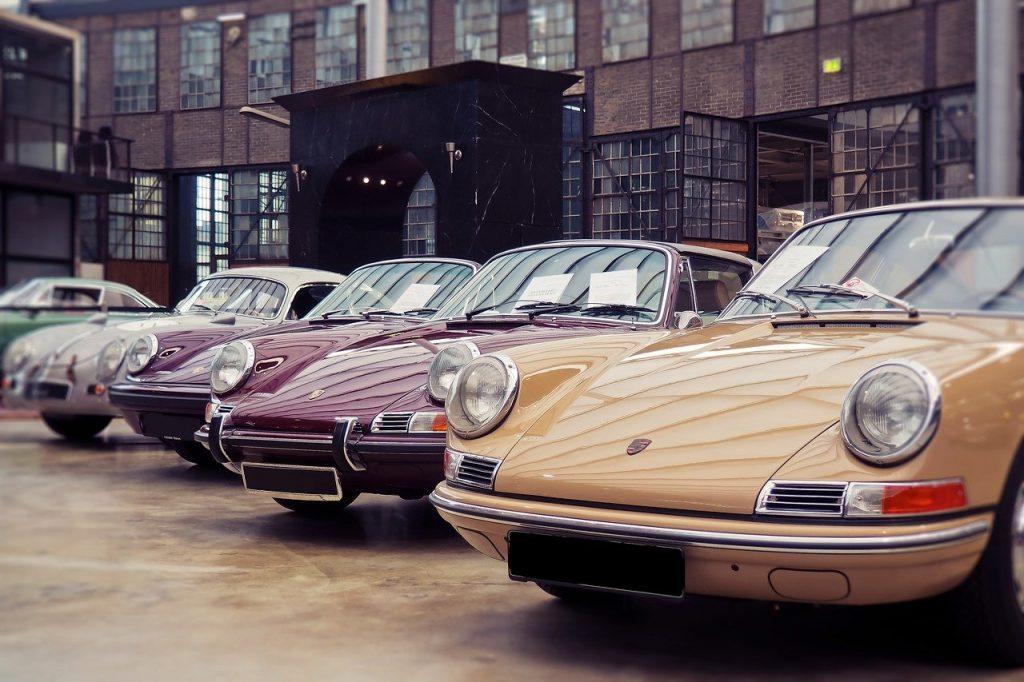 Plusieurs Porsche ancienne stationnées sur un parking