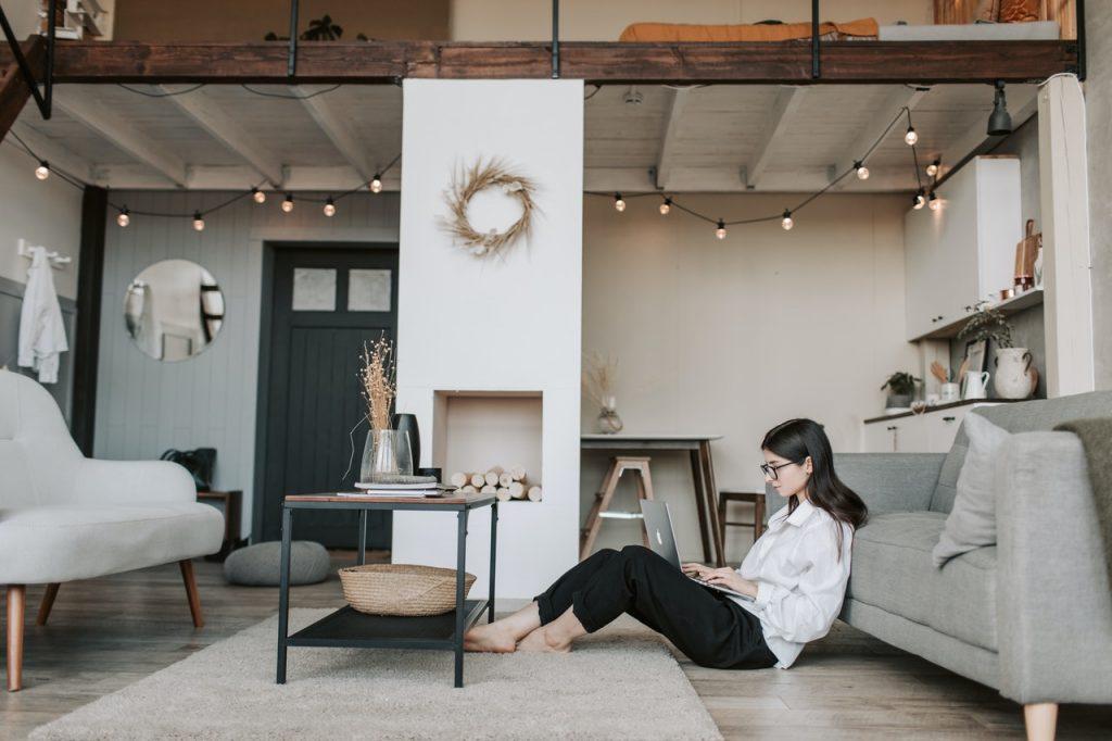 Femme assise dans salon naviguant sur internet