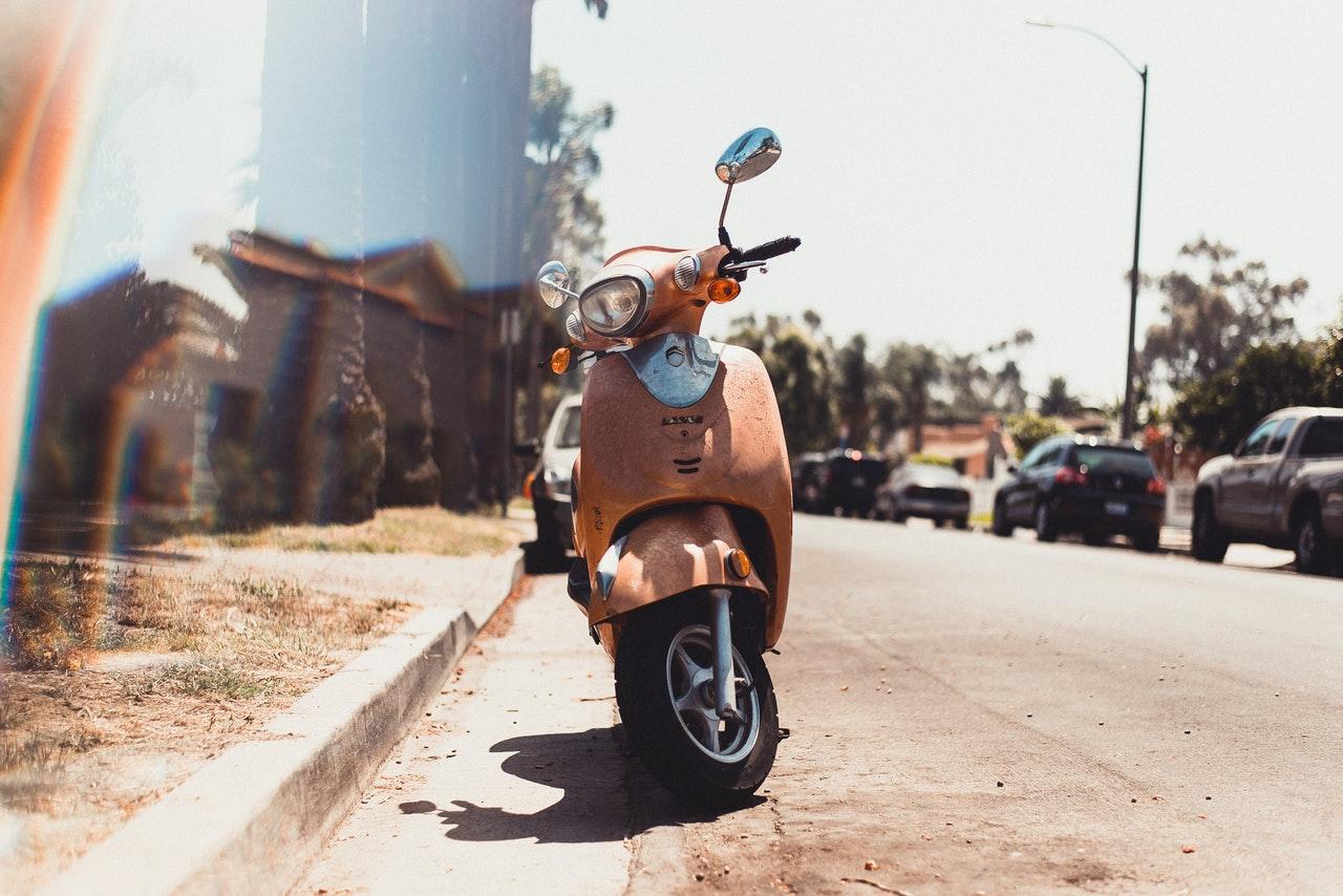 Scooter marron garer au bord de la route