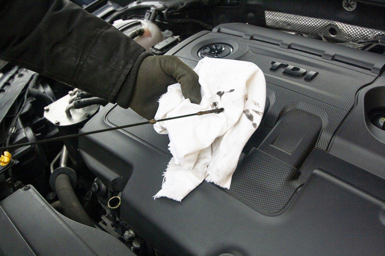 Vérification huile moteur avec tige